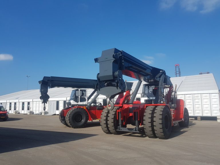 June 2018: Reachstackers with 60T Lifting Hooks for ALE